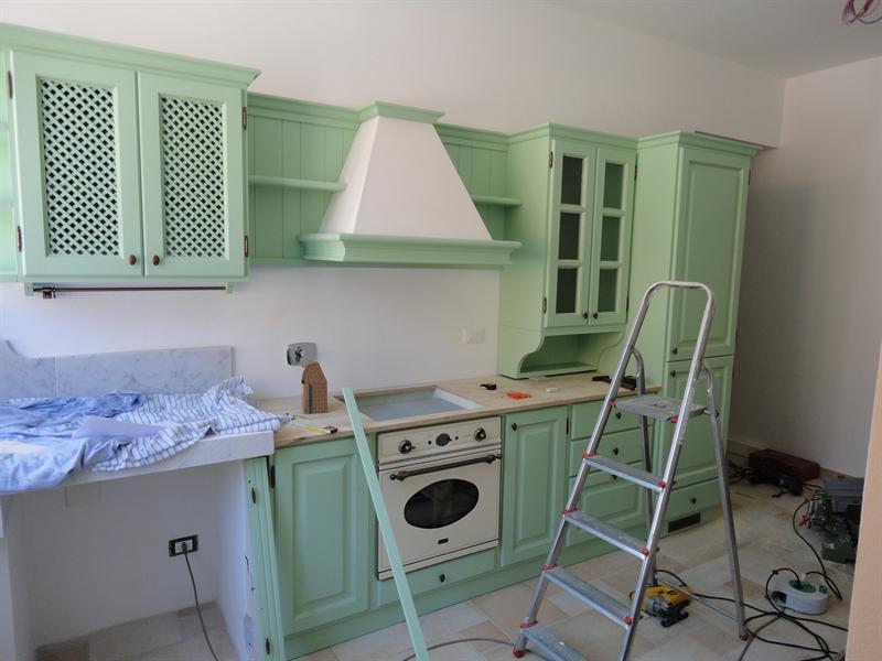 Cucina verde salvia in fase di montaggio -Garnero design