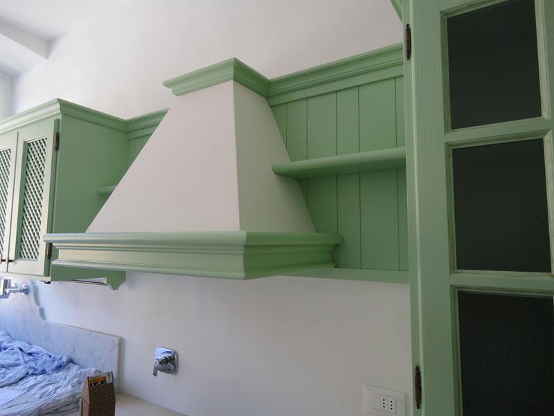 Cucina verde salvia in fase di montaggio garnero design - Pareti verdi per interni ...